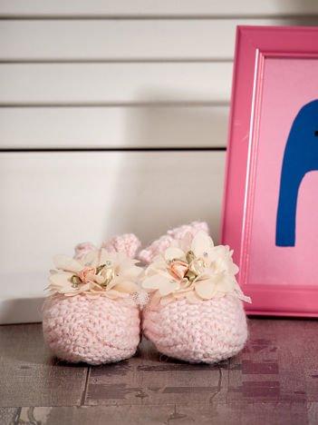 Miękkie buciki dziewczęce z ozdobnymi kwiatami jasnoróżowe