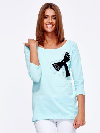 Miętowa bluzka z ozdobną kokardą