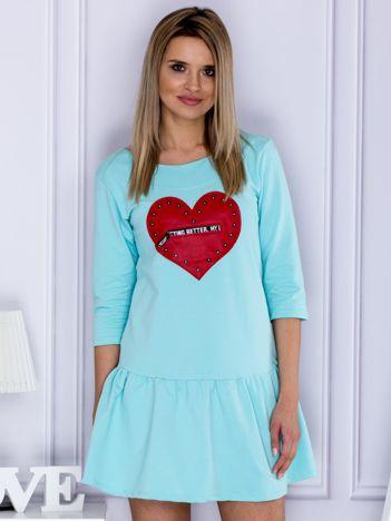 Miętowa sukienka dresowa ze skórzanym sercem
