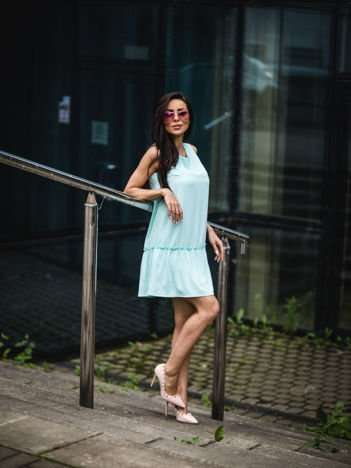 Miętowa sukienka z falbaną i wiązaniem na plecach