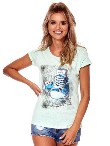 Miętowy t-shirt z kolorowymi trampkami