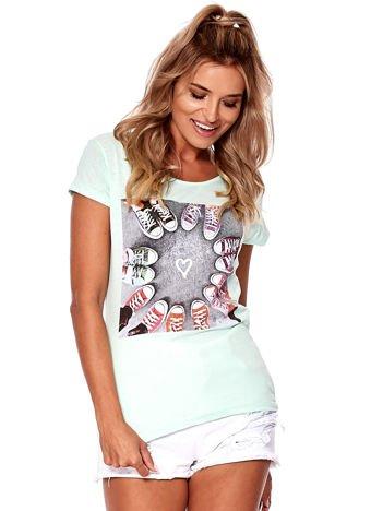 Miętowy t-shirt z motywem trampek