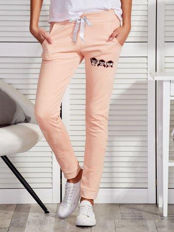 Morelowe zamszowe spodnie dresowe z małpkami