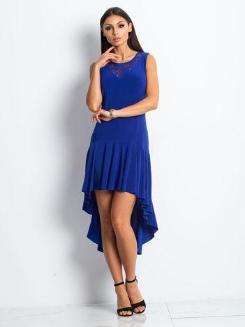 Niebieska asymetryczna sukienka koktajlowa z koronkowym dekoltem
