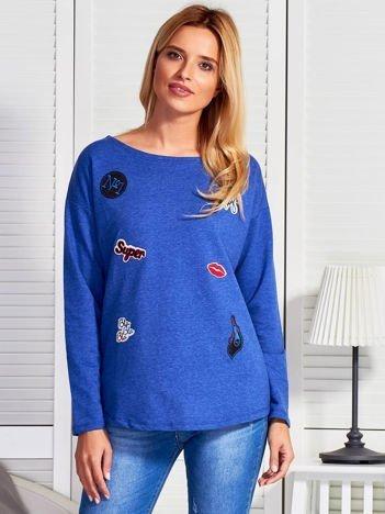 Niebieska bluza damska z naszywkami