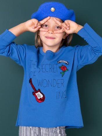 Niebieska bluza dziecięca z naszywkami i surowym wykończeniem