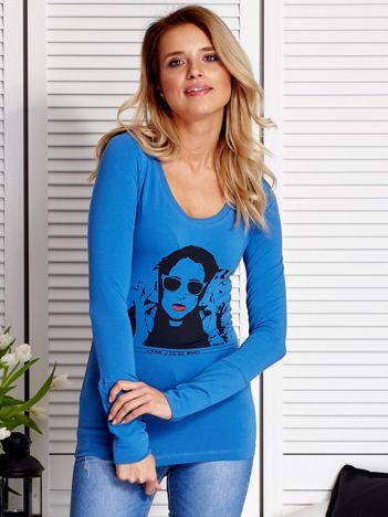 Niebieska bluzka damska z dziewczęcym fotoprintem