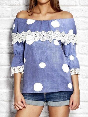 Niebieska bluzka w grochy z szeroką falbaną