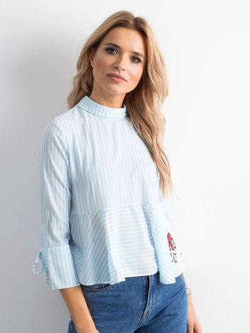Niebieska bluzka w paski z naszywką