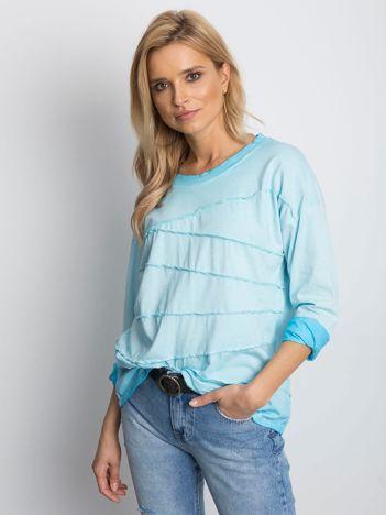 Niebieska bluzka z asymetryczymi przeszyciami