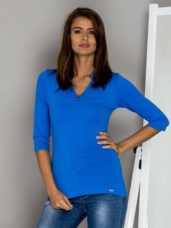 Niebieska bluzka z guzikami przy dekolcie