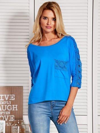 Niebieska bluzka z koronkową listwą