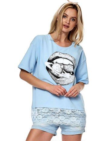 Niebieska bluzka z nadrukiem i koronką