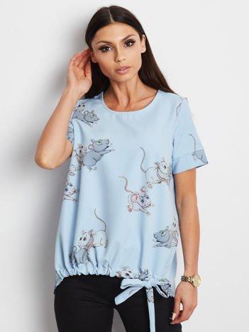 Niebieska bluzka z nadrukiem i wiązaniem