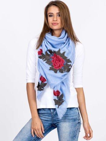 Niebieska chusta z kwiatowymi haftami