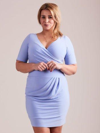Niebieska drapowana sukienka z kopertowym dekoltem PLUS SIZE