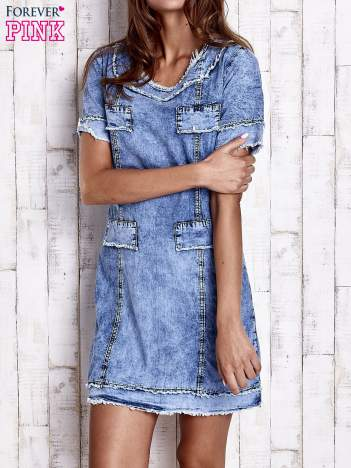 Niebieska jeansowa sukienka z surowym wykończeniem
