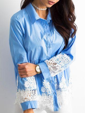 Niebieska koszula z koronką