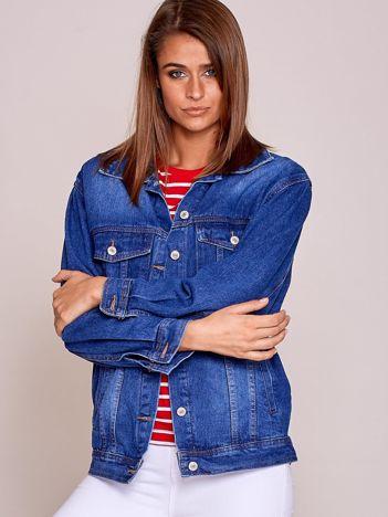 Niebieska kurtka jeansowa z napisem z tyłu