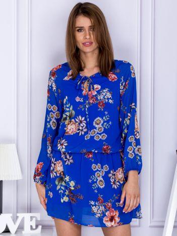 Niebieska kwiatowa sukienka z wiązaniem przy dekolcie