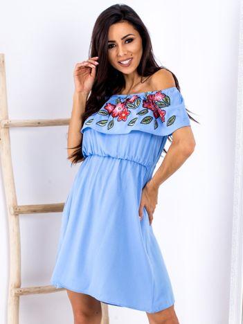 Niebieska sukienka hiszpanka z kwiatowym printem