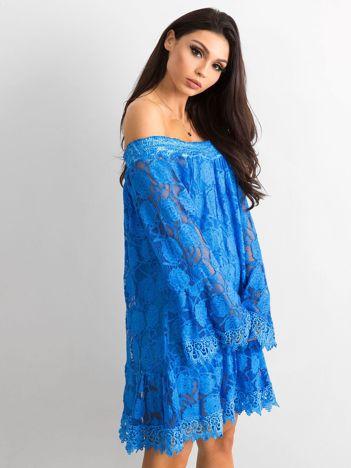 Niebieska sukienka hiszpanka z szerokimi rękawami
