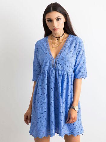 Niebieska sukienka o luźnym kroju