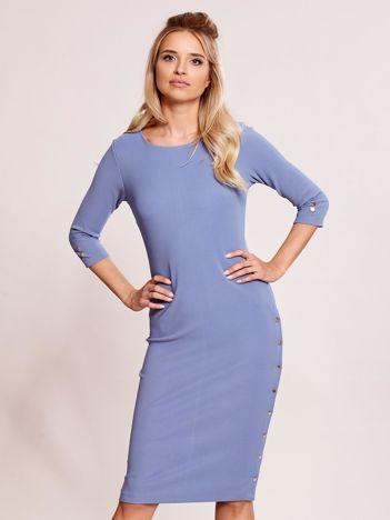 Niebieska sukienka tuba z guzikami