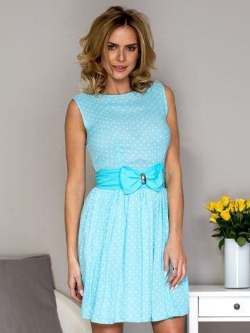 Niebieska sukienka w groszki z ozdobnym pasem