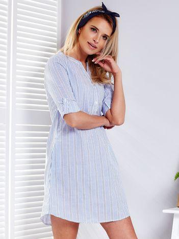 Niebieska sukienka w paski z podwijanymi rękawami