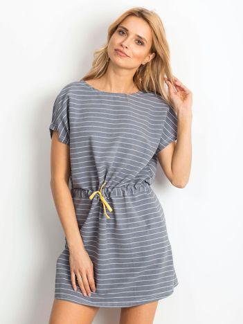 Niebieska sukienka w paski z wiązaniem