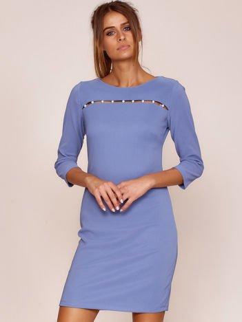 Niebieska sukienka z aplikacją z perełek
