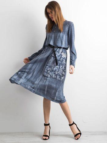 Niebieska sukienka z kieszenią
