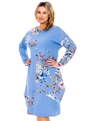 Niebieska sukienka z kwiatowym nadrukiem PLUS SIZE