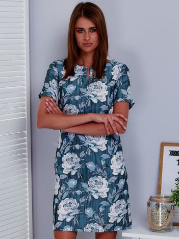 Niebieska sukienka z marszczonego materiału w kwiaty