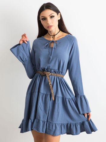 Niebieska sukienka z szerokimi rękawami