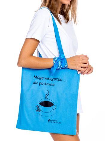 Niebieska torba materiałowa z kawą