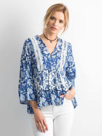 Niebieska zwiewna bluzka w kwiaty