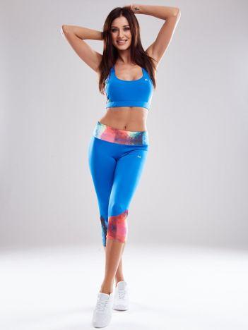 Niebieski komplet sportowy z kolorowymi wstawkami