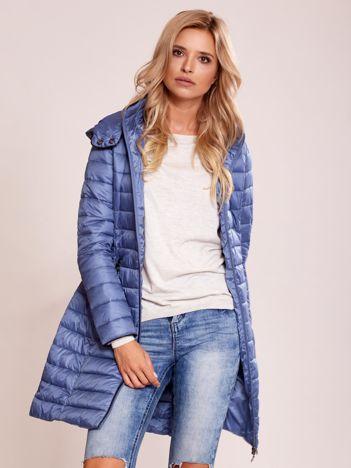 Niebieski pikowany płaszcz z odpinanym kapturem