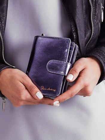 Niebieski skórzany portfel z metalicznym połyskiem