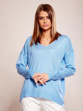 Niebieski sweter oversize w serek