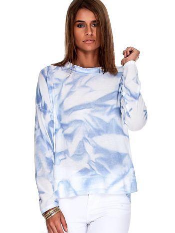 Niebieski sweter w abstrakcyjne wzory