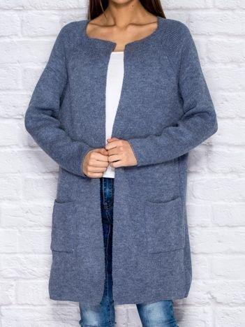 Niebieski sweter z kieszeniami