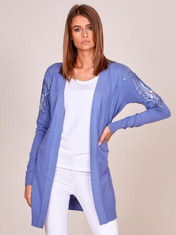 Niebieski sweter z ozdobnymi wstawkami