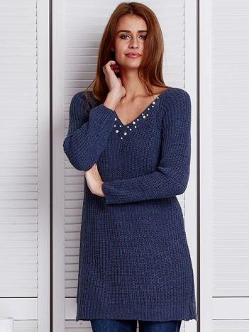 Niebieski sweter z perełkami przy dekolcie