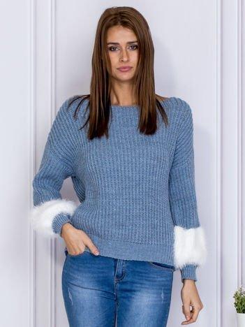 Niebieski sweter z włochatymi rękawami