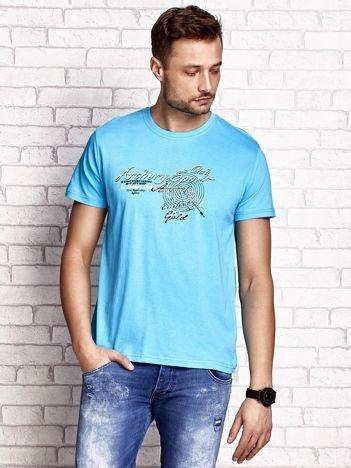 Niebieski t-shirt męski ze sportowym nadrukiem i napisami