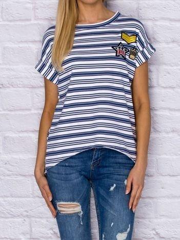 Niebieski t-shirt w paski z naszywkami
