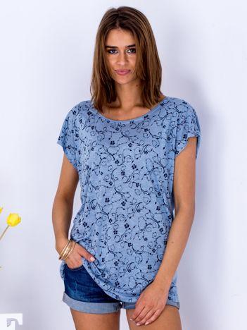 Niebieski t-shirt w roślinne printy